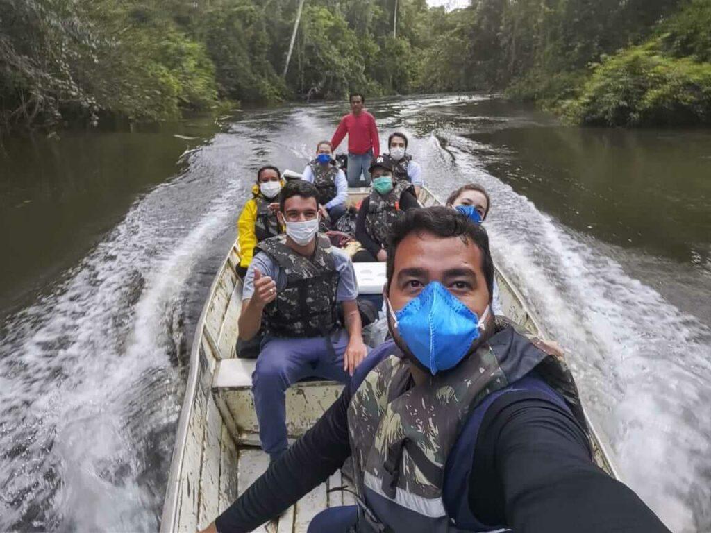 Profissionais de saúde chegando na comunidade Yanomami