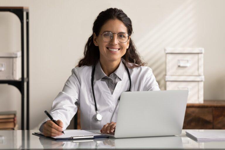 Médica no consultório, feliz com pontualidade do paciente